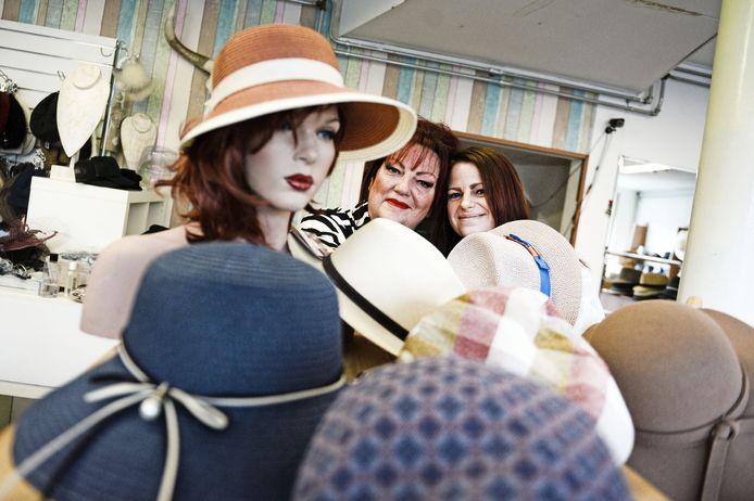 Annelies Olde Juninck (links) en dochter Marleen van Buuren in hun winkel uit 2004.