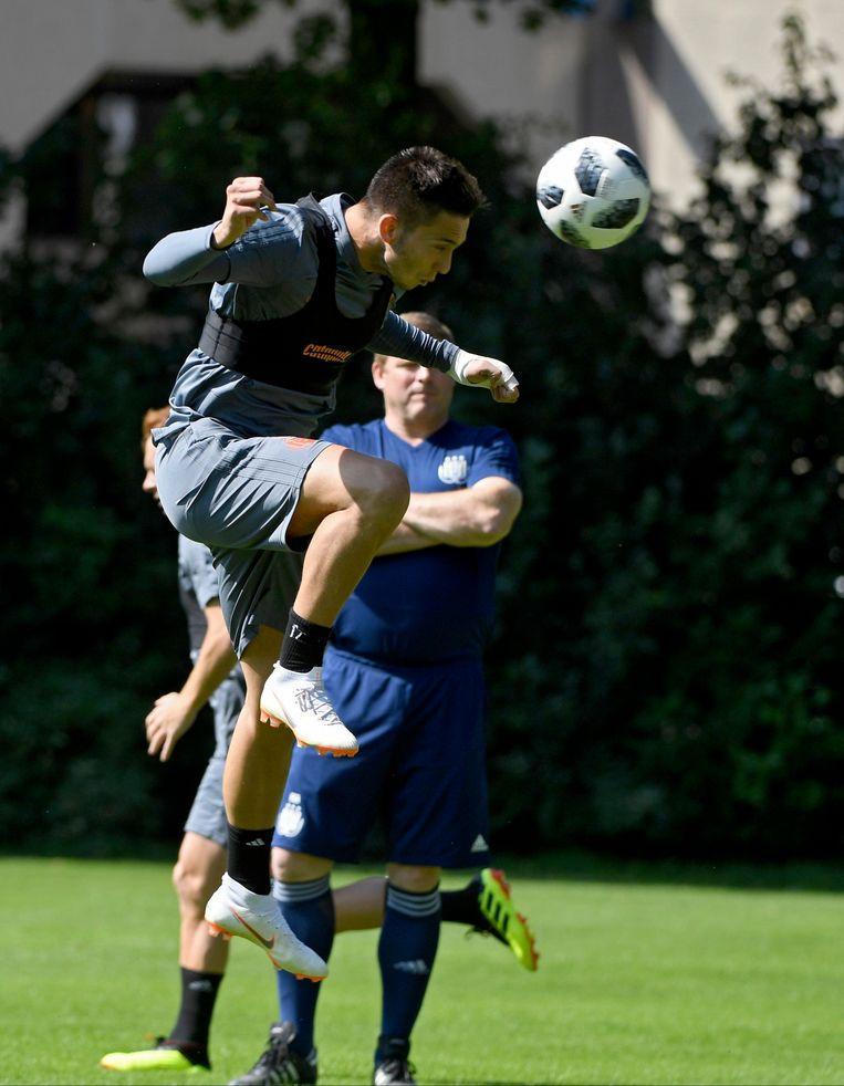 Luka Adzic op stage met Anderlecht. De Servische nieuwkomer is pas 19. 21,6 is de gemiddelde leeftijd van de transfers bij de G5 in België. Beeld Photo News
