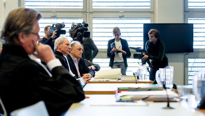 Harro Knijff (L) advocaat van Joris Demmink en advocaat Matthijs Kaaks, voorzitter Robert Rubinstein en secretaris Ben Ottens van stichting de Roestige Spijker (vlnr) tijdens de rechtszaak tegen Joris Demmink.