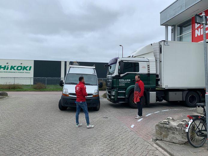 Het busje blokkeerde deze vrijdagmiddag de uitrit van de vrachtwagen van Picnic.