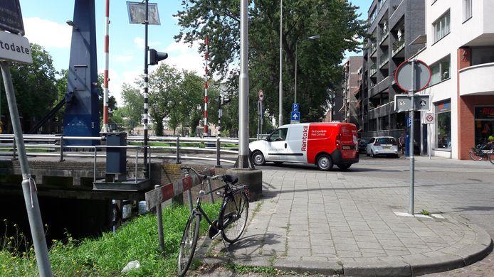 Vanaf de hoek Zuid-Willemsvaart-Van Berckelstraat mag links- en rechtsaf niet meer. Rechtdoor is voor autoverkeer de enige mogelijkheid.