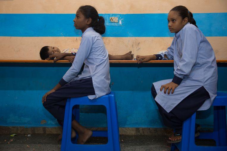 Een van de leerlingen van een zogeheten schakelschool in Panipat, Puja van veertien, moet op haar jongere broertje passen. Daarom heeft ze hem meegenomen naar school. Beeld Ruhani Kaur