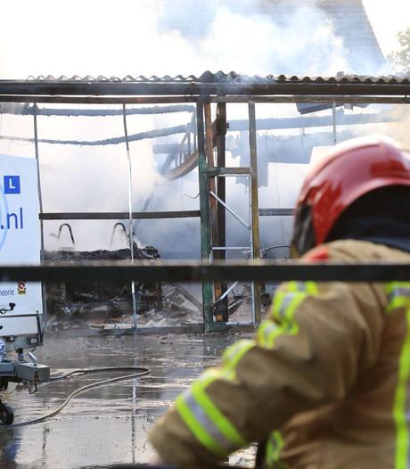 Loods rijschool volledig verwoest door brand, asbest vrijgekomen