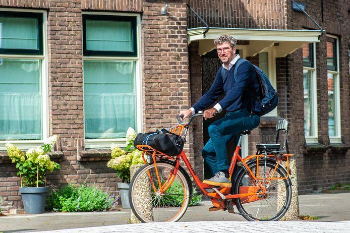 Fotograaf Bram Tackenberg (46) gaat vaak bepakt en bezakt op zijn fiets naar een foto-opdracht in zijn stad Gouda.