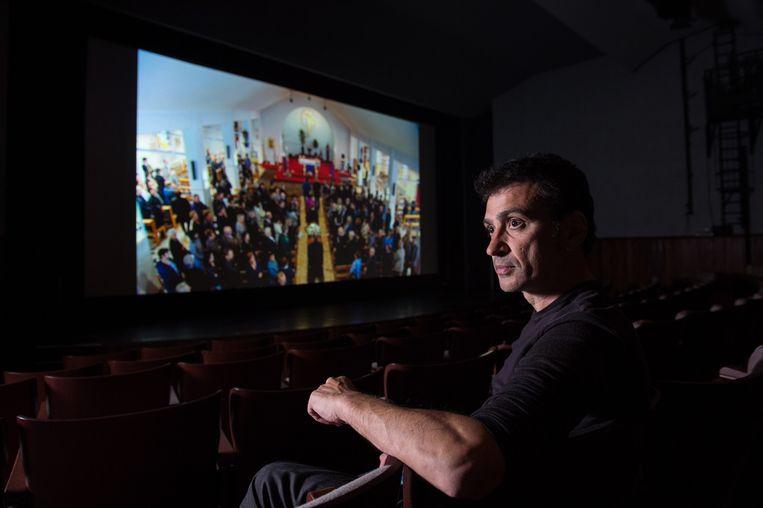 Regisseur Remo Perrotti (50) bekijkt zijn film, voor die zondag in premiere gaat.