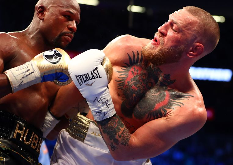 Aug 26, 2017; Las Vegas, NV, USA; Floyd Mayweather Jr. moves in against Conor McGregor during a boxing match at T-Mobile Arena. Mandatory Credit: Mark J. Rebilas-USA TODAY Sports Beeld USA Today Sports