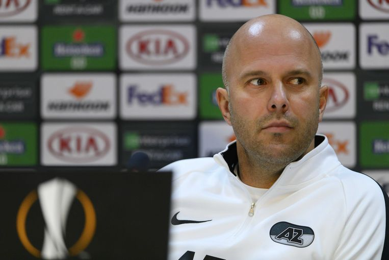 Arne Slot tijdens de persconferentie voorafgaand aan de Europa League wedstrijd met AZ tegen Napoli. Beeld ANP
