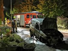 Brand verwoest bestelauto in Spijk