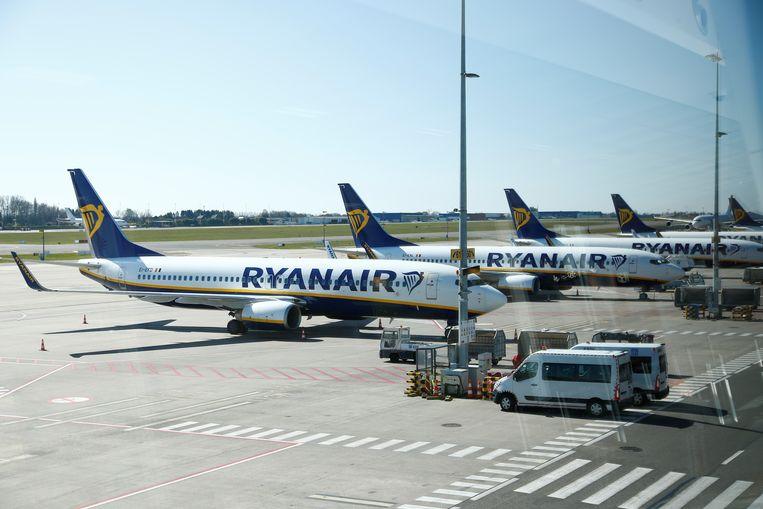 Vliegtuigen van maatschappij Ryanair staan geparkeerd op de luchthaven van Charleroi. Beeld REUTERS