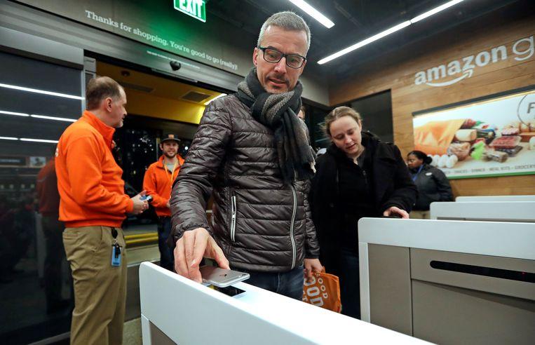 Klanten in de kassaloze Amazon-supermarkt in Seattle, een van de meest recente experimenten van Amazon. Je betaalt er je aankopen gewoon met een app.  Beeld AP