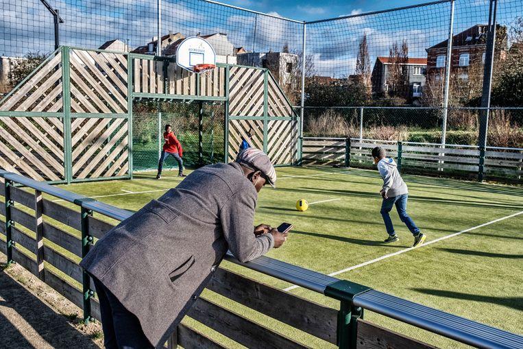 Kinderen voetballen op kerstdag in trui, in Brussel. Beeld Tim Dirven