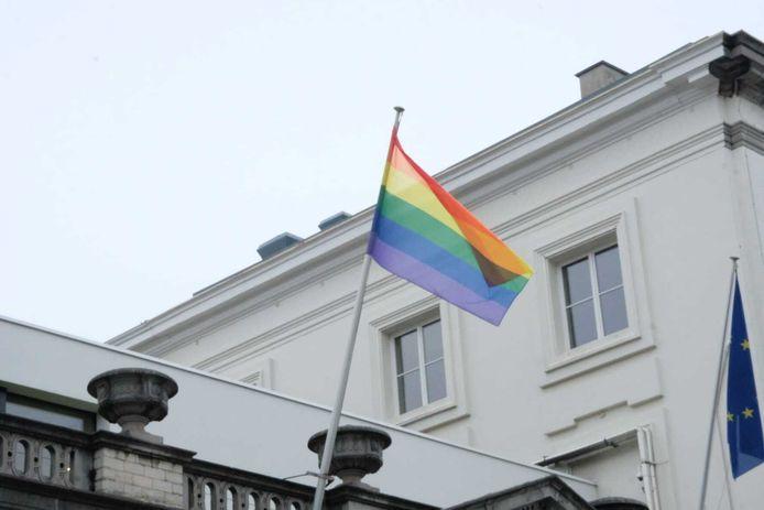 Regenboogvlag wappert in de Wetstraat als gebaar van steun en medeleven voor de vrienden en familie van David P. (42)