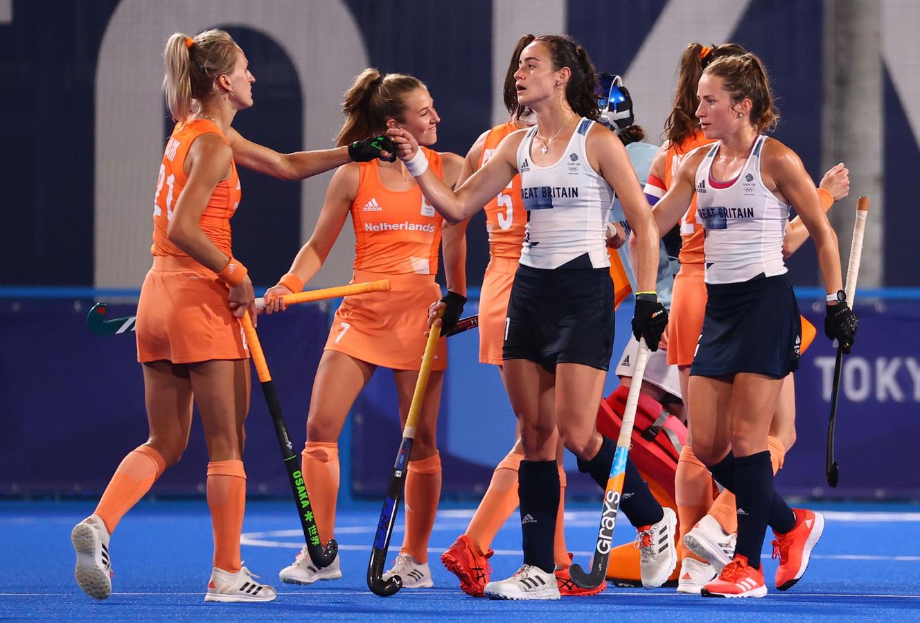 De speelsters van Oranje en Groot-Brittannië begroeten elkaar voor de wedstrijd.