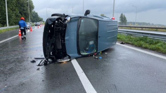 De bestelwagen eindigde op zijn zijkant.