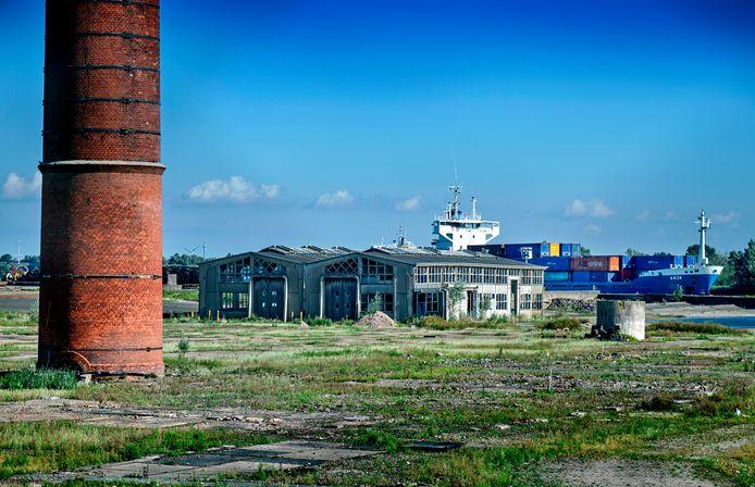 De schoorsteen en werkplaats op het afgesloten terrein van de suikerfabriekin Puttershoek staan beide op de gemeentelijke monumentenlijst, maar worden toch gesloopt.