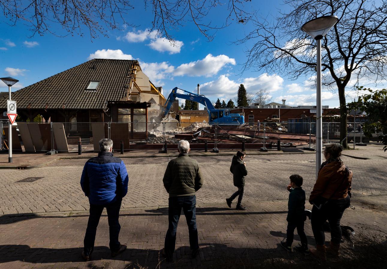 De sloop van café-zaal 't Aambeeld in Stiphout in maart  dit jaar.
