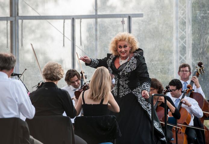 Orkest van het Oosten gedirigeerd door diva Karin Bloemen. Foto: Reinier van Willigen