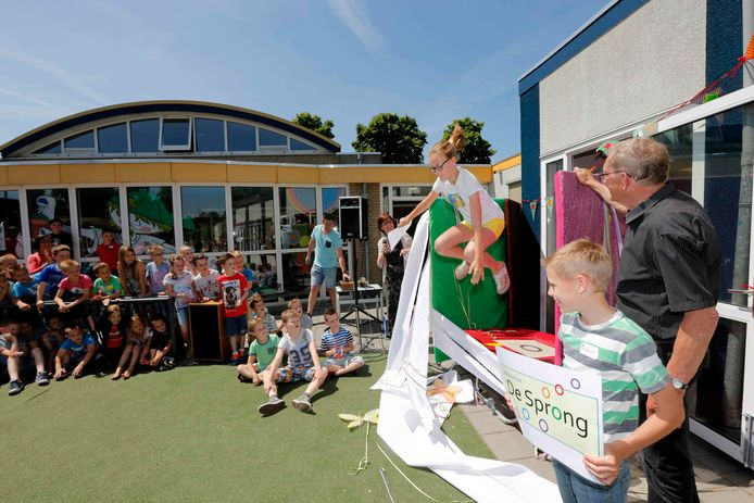 Met behulp van een sprong op de trampoline werd in 2017 de naam van het Kindcentrum in Wanroij onthuld. De fusieschool kreeg een nieuwe naam: De Sprong. Het gebouw is verouderd. De gemeente heeft geld beschikbaar gesteld voor nieuwbouw.