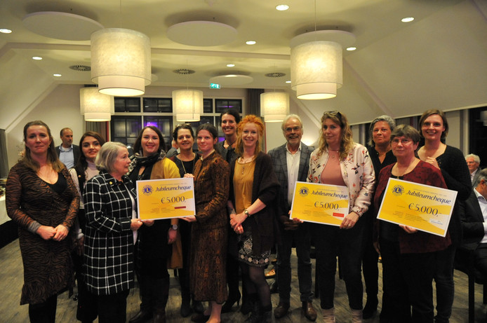 De prijswinnaars met hun cheque van de Lions Club Airborne Renkum.