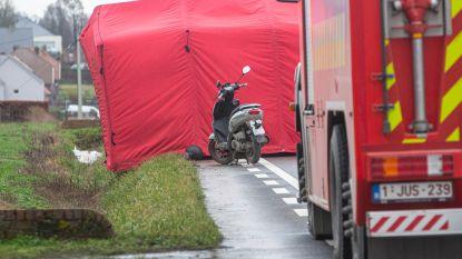 Vrouw valt met bromfiets en komt onder wielen van vrachtwagen terecht