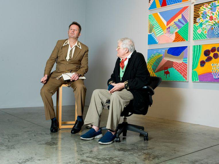 Verslaggever John Schoorl met David Hockney op een tentoonstelling van de kunstenaar in Los Angeles. Beeld Eva Roefs