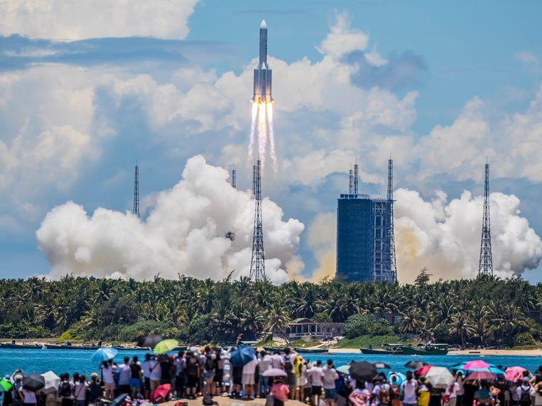 De Chinese raket met de sonde aan boord bij lancering. Beeld EPA