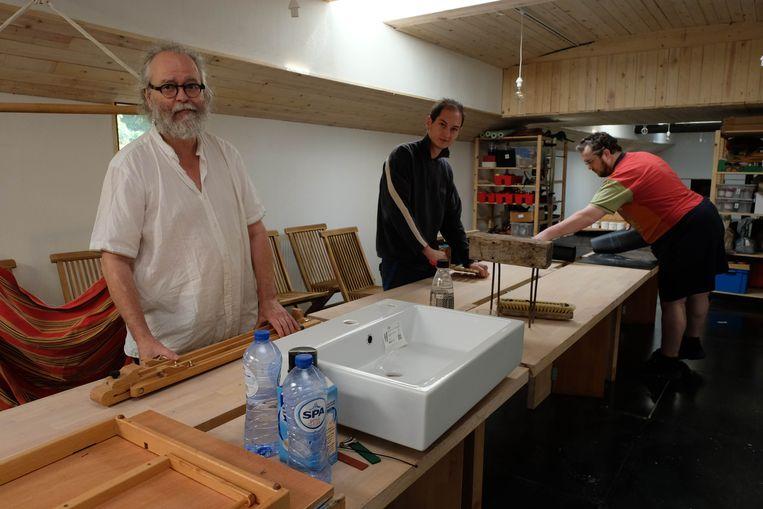 Kunstenaar Tom Flamant (links) verhuist zijn atelier voor mensen met autisme vanuit Puurs-Sint-Amands naar Mechelen.