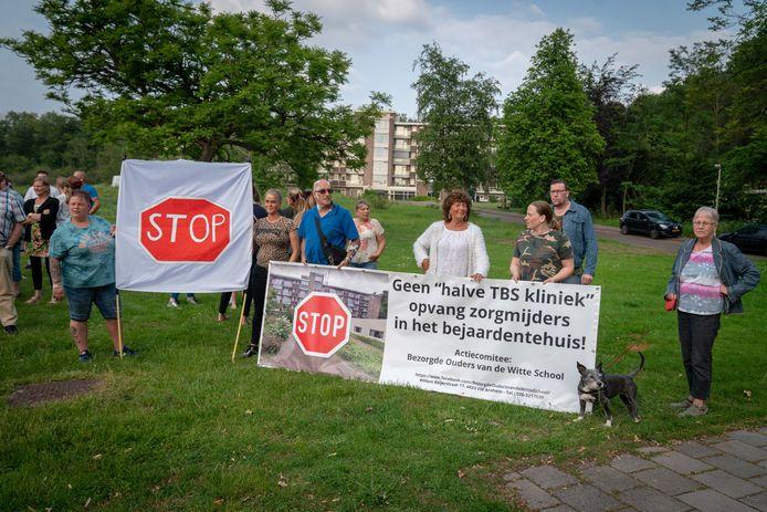 Buurtbewoners demonstreren tegen de komst van zorgmijders naar de Paasbergflat, in 2019.