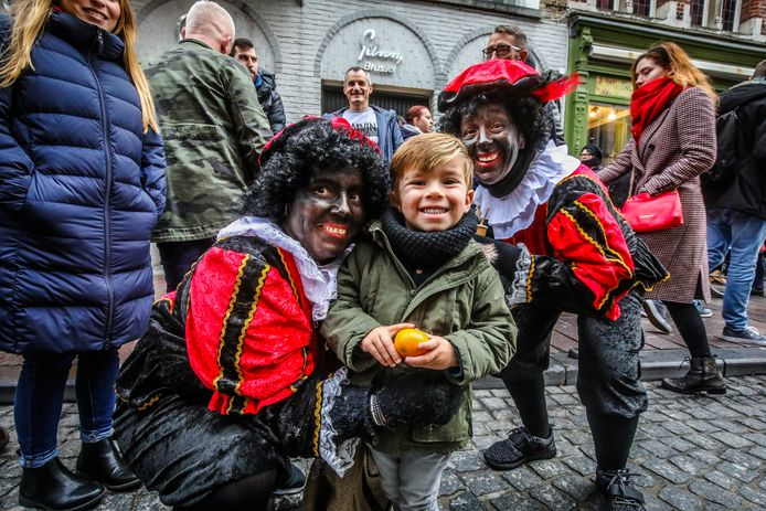 Als promotie van de Verloren Hoekfeesten trokken de Sint en zijn Pieten rond en deelden zoets en speelgoed uit.
