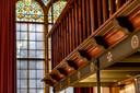 De galerijen van het voormalige groot-seminarie in Hoeven hangen aan de plafonds, waardoor in de studiezaal geen pilaren hoefden te worden gemaakt.