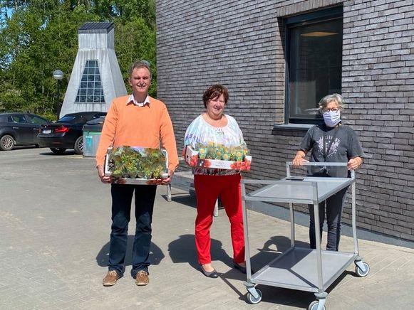 Bewegingspunt Maarkedal deelt vetplantjes uit in de woonzorgcentra.