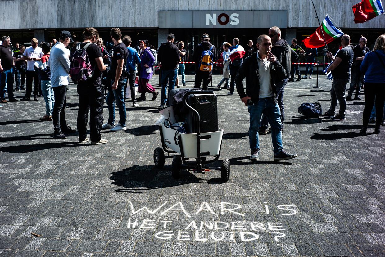 Demonstratie tegen de lockdownmaatregelen voor het NOS-gebouw in Hilversum. Beeld Joris Van Gennip