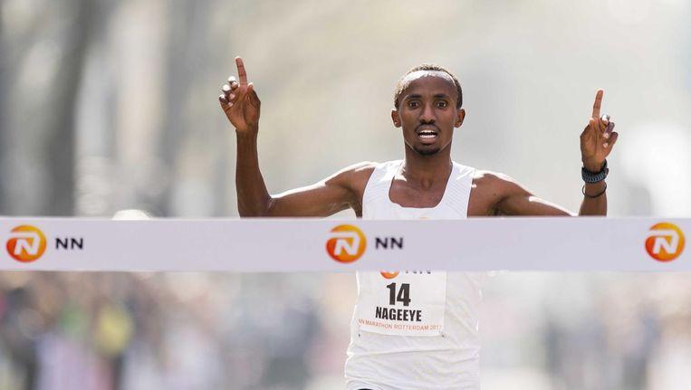 Abdi Nageeye komt als beste Nederlander over de finish tijdens de marathon van Rotterdam. Beeld Jiri Buller / de Volkskrant
