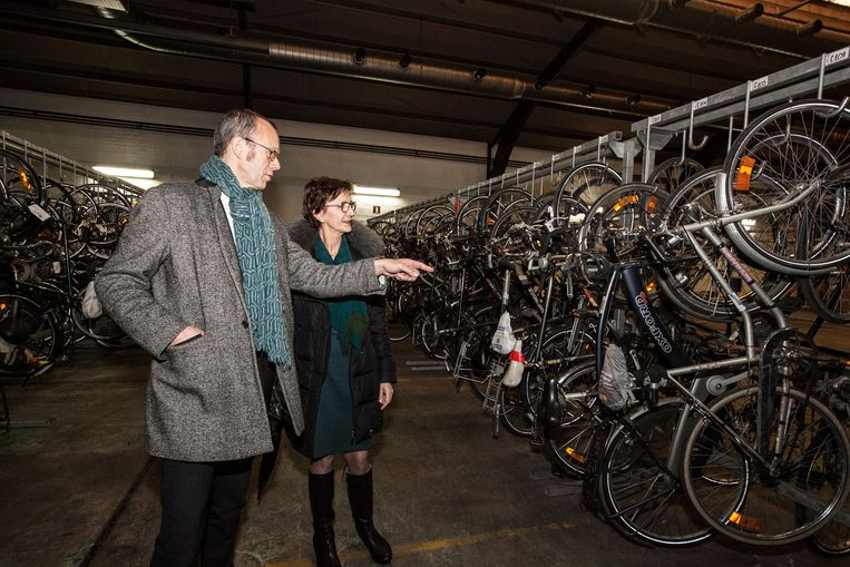 Filip Watteeuw en Martine De Regge in het fietsdepot.
