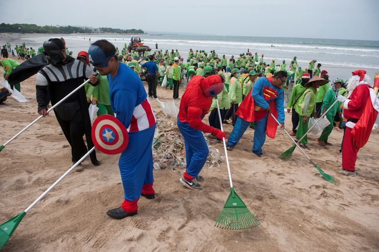 Workers wearing super hero costumes to attract tourists, sweep up garbage at Kuta Beach, Bali, Indonesia December 27, 2017 in this photo taken by Antara Foto. Antara Foto/Nyoman Budhiana via REUTERS ATTENTION EDITORS - THIS IMAGE WAS PROVIDED BY A THIRD PARTY. MANDATORY CREDIT. INDONESIA OUT. Beeld REUTERS