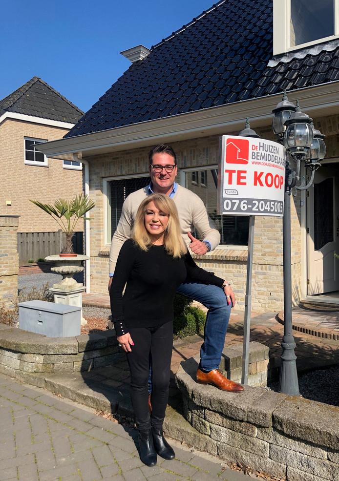 Patricia Paay en haar makelaar voor haar woning op Parc Patersven in Wernhout.