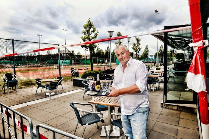 Emiel Smit, pachter van USV Hercules, wil zijn terras weer openen.