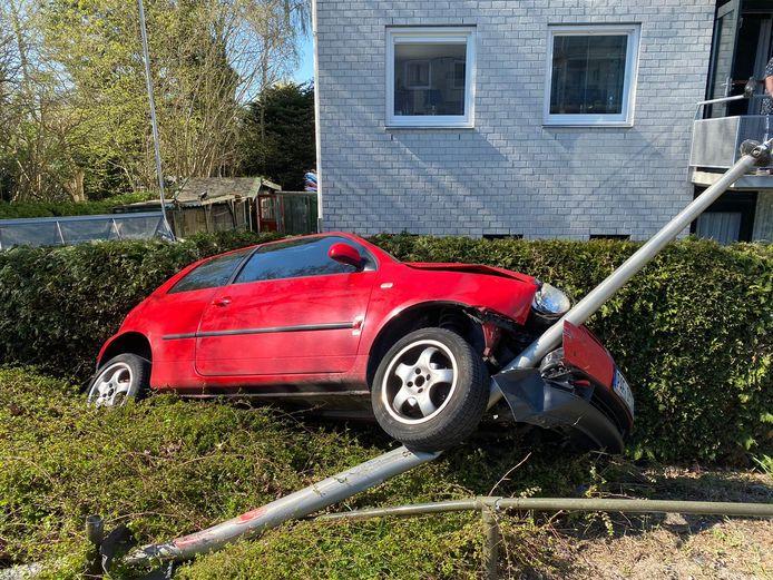 De auto belandde in de tuin tegen een paal.