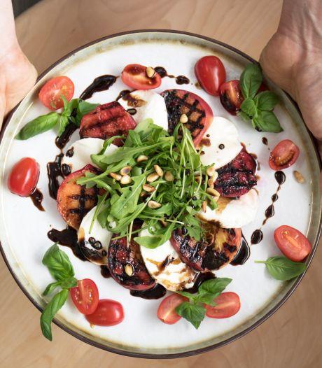 Wat Eten We Vandaag: Salade caprese van gegrilde perziken