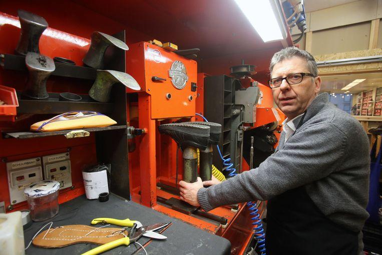 Jan Eeckeman in zijn nieuwe schoenenmakerij.