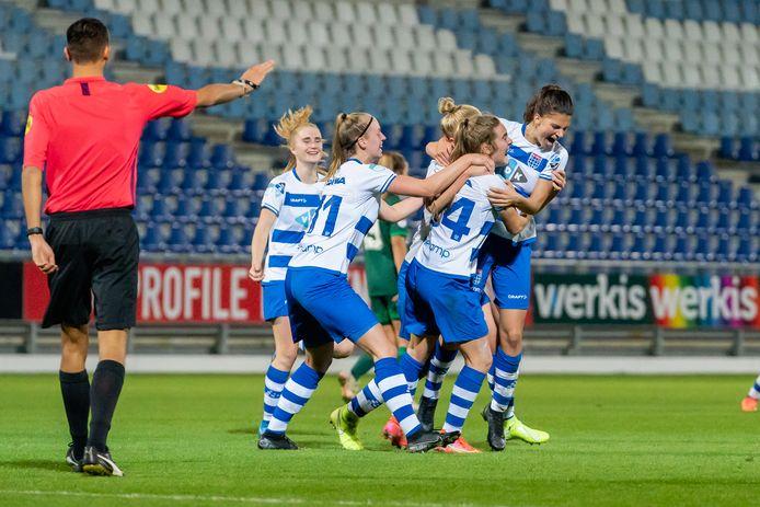 Jeva Walk (rugnummer 34) wordt bedolven onder haar ploeggenoten na de beslissende 2-1 tegen Feyenoord.
