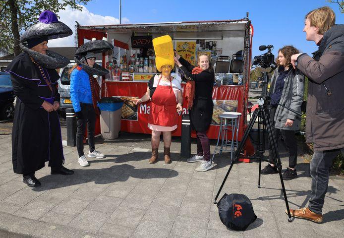 Filmopnames voor Friet met Mossels in Graauw. Jennah Kips (3e van rechts) en cameraman Jean-Pierre Bazelier (rechts) bereiden een volgende scene voor.