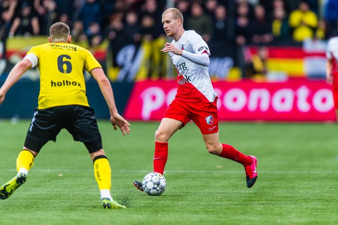 Simon Gustafson aan de bal in het duel met VVV-Venlo (1-1). Links VVV'er Danny Post.