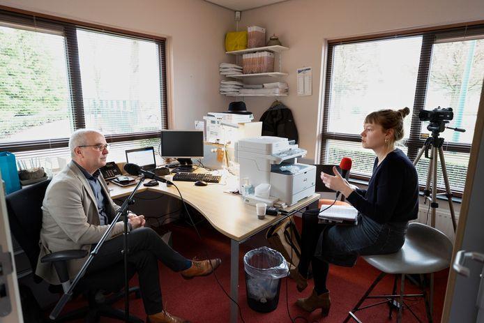 Schrijfster en radiomaakster Corinne Heyrman interviewt de Budelse ex-coronapatiënt en uitvaartbegeleider Martin Horst.