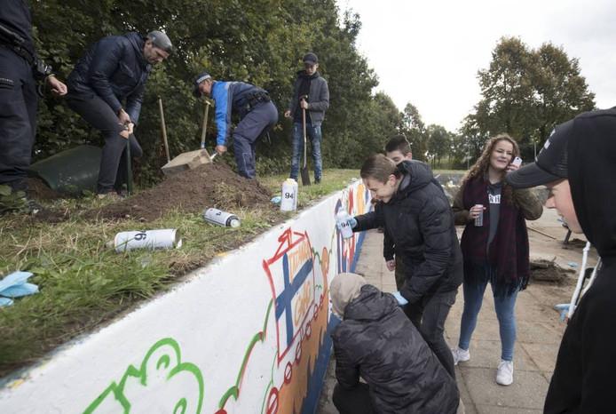 Met graffiti geven jongeren kleur aan de hangplek.