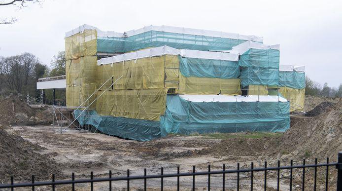 """""""Het ziet er nu niet uit"""", erkent architect Fons Nijland. Maar dat is logisch zolang er gebouwd wordt: het huis zit aan een kant nog helemaal ingepakt in steigers en zeilen.."""