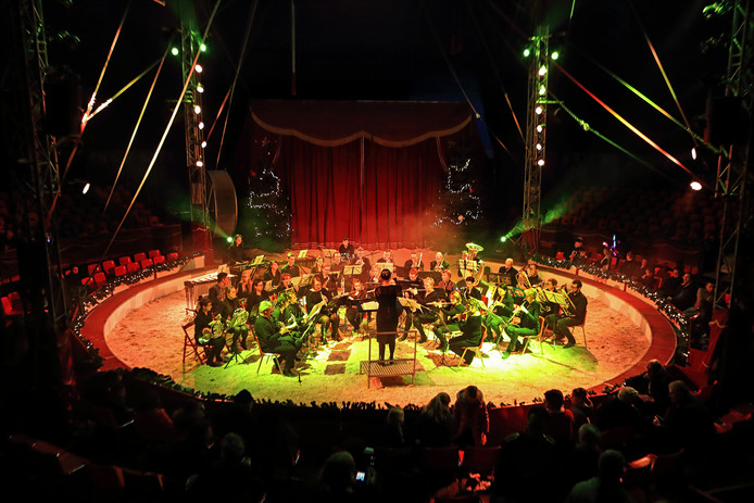 Orkest Constantia treed op in de circustent.