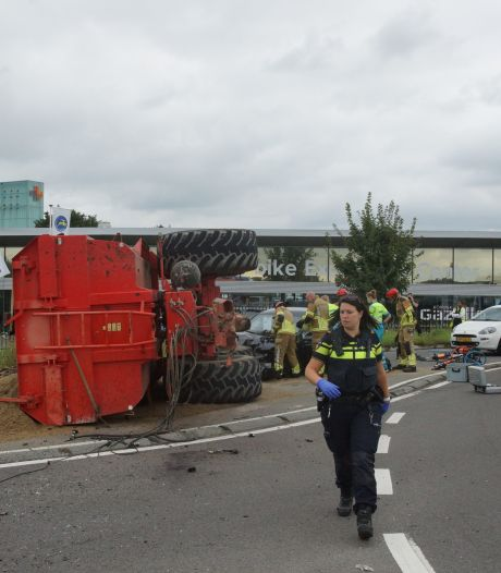 Trekker kantelt na botsing met auto in Waalwijk: automobilist raakt bekneld