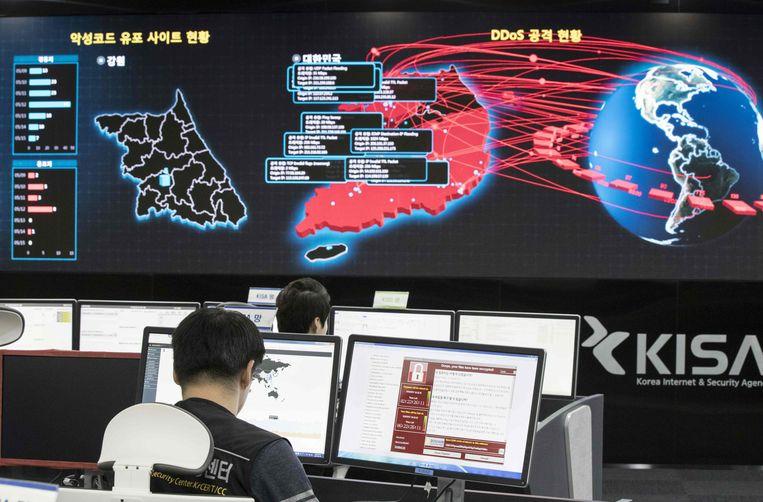 Een Zuid-Koreaanse expert in cybersecurity monitort de verspreiding van WannaCry in mei 2017.  Beeld AFP