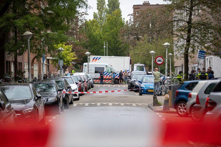 Politieonderzoek in de Vechtstraat, waar rapper Danzel S., alias Bigidagoe, afgelopen augustus werd neergeschoten. Beeld Michel van Bergen/ANP